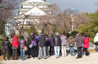大阪城の観光客.JPG